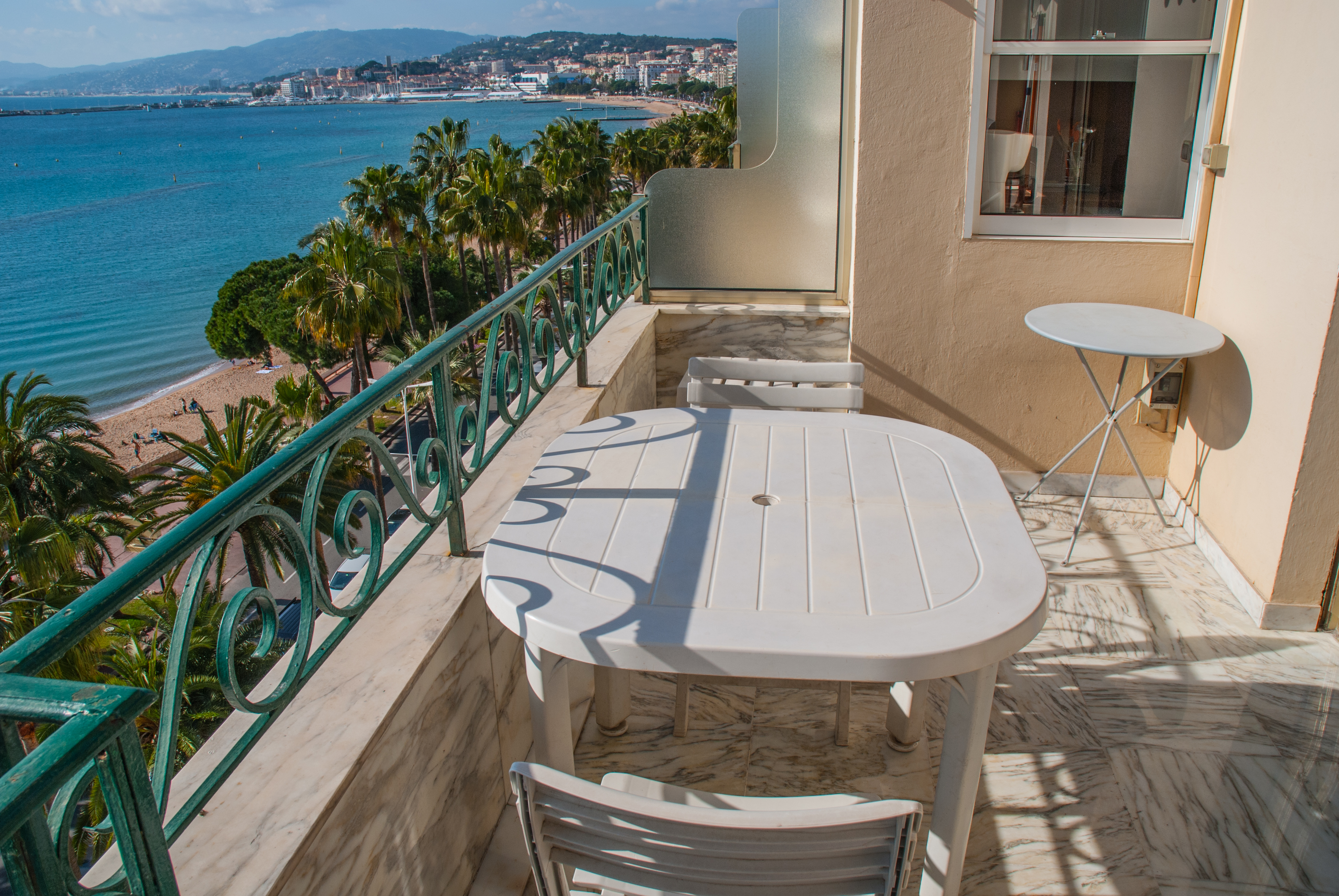 prise-de-vue-avec-table---view-from-the-balcony-with-table-2.jpg